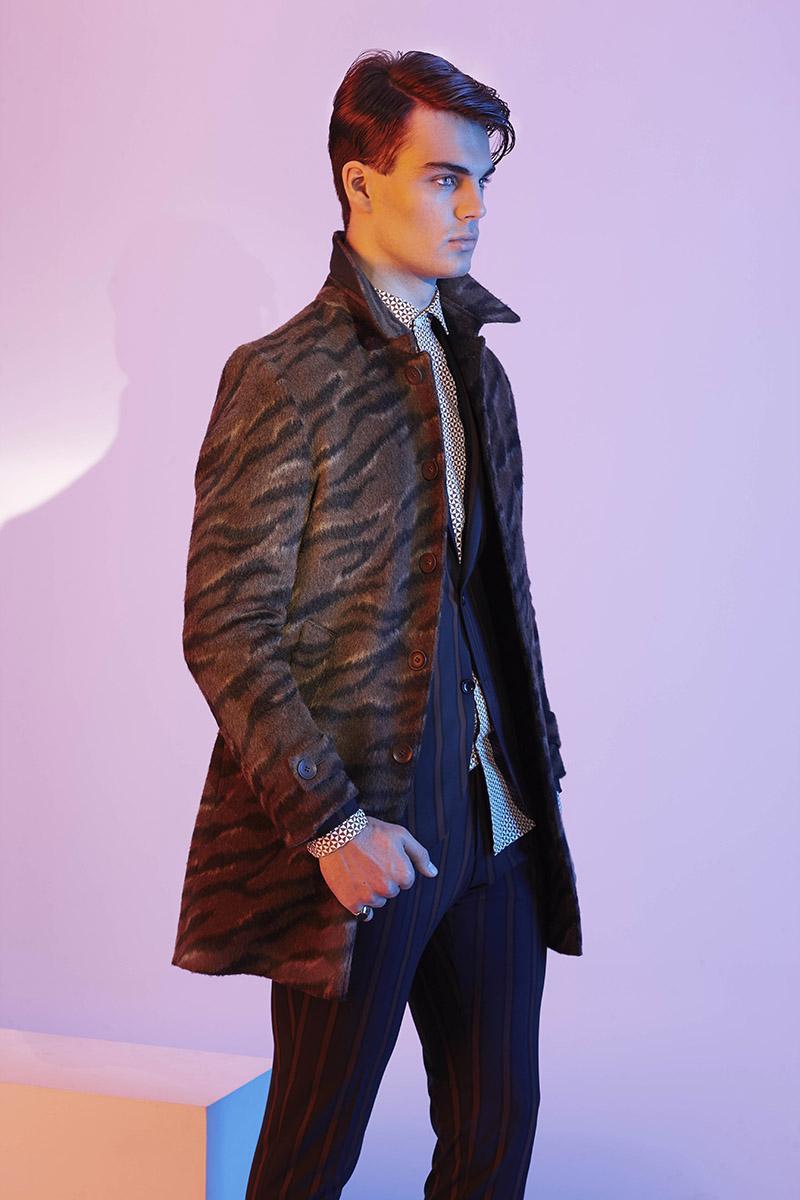 Mantel CG – CLUB of GENTS  Anzug CG – CLUB of GENTS Hemd CG – CLUB of GENTS Schuhe Prime Shoes Ring TOPMAN