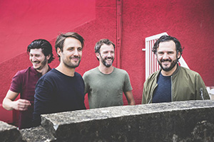 Die französischen (aber auch englischen) Vocals heben die Band deutlich von handelsüblichen 1980er-Mutanten ab, die Gitarre sorgt zum Sequencer Beat für Bodenständigkeit.